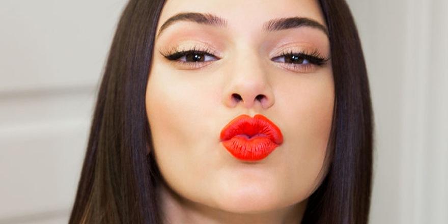 Bien connu Tapis rouge à lèvres pour Kendall Jenner chez Estée Lauder GL07