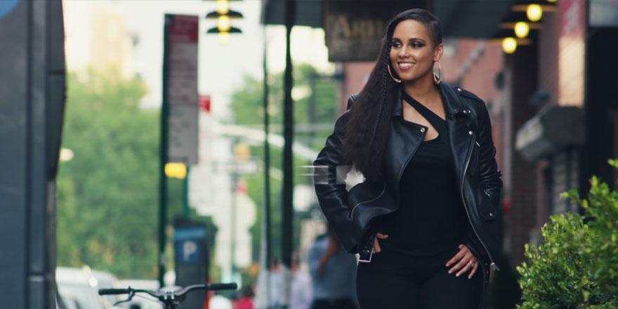 Alicia Keys, une égérie tonique pour les jeans Levi's