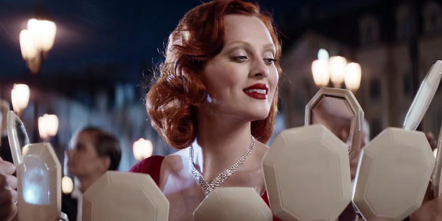 Karen Elson en rousse Marylin pour Cartier