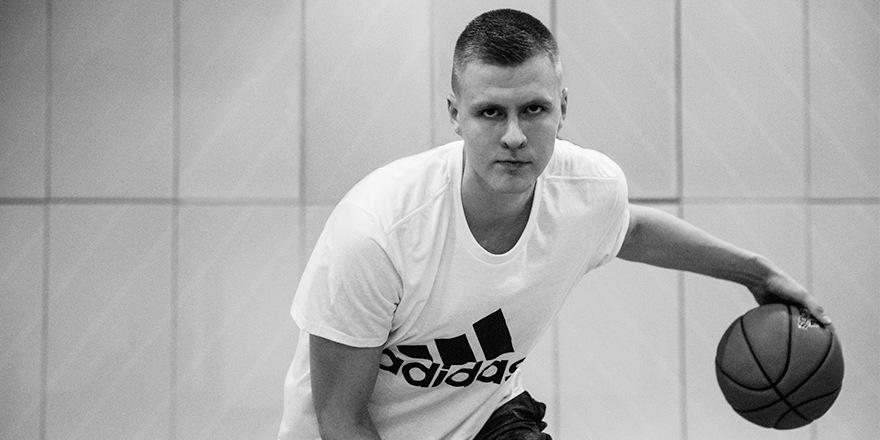 L'équipe d'Adidas apprend à écrire Kristaps Porziņģis