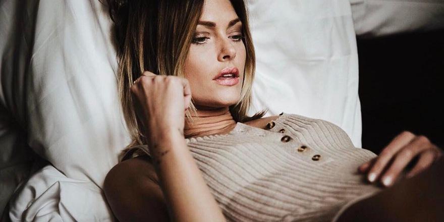 Morgan habille (snif) la très sexy Caroline Receveur