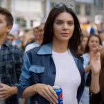 Kendall Jenner boit Pepsi Cola