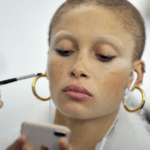 Adwoa Aboah est la nouvelle égérie de Marc Jacobs Beauty