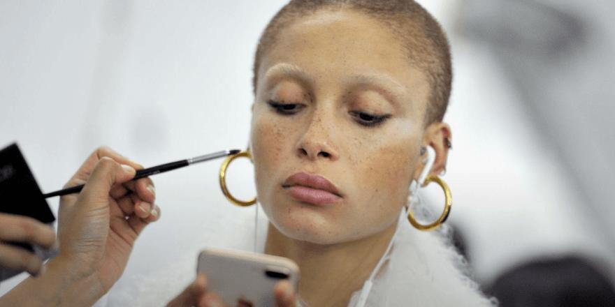 Adwoa Aboah en beauté pour Marc Jacobs